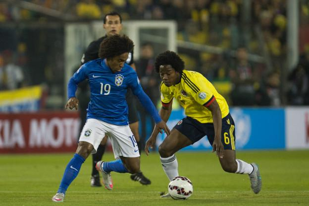 Action photo during the match Brazil vs Colombia, Corresponding of the group -C- of XLIV Copa America Chile 2015 at Monumental stadium, Santiago, Chile, in the photo: (l)-( r), Willian of Brazil and Carlos Sanchez of Colombia Foto de accion durante el partido Brasil vs Colombia, Correspondiente al grupo -C- de la XLIV Copa America Chile 2015 en el estadio Monumental, Santiago, Chile, en la foto: (i)-(d), Willian de Brasil y Carlos Sanchez de Colombia 17/06/2015/MEXSPORT/Jorge Martinez.