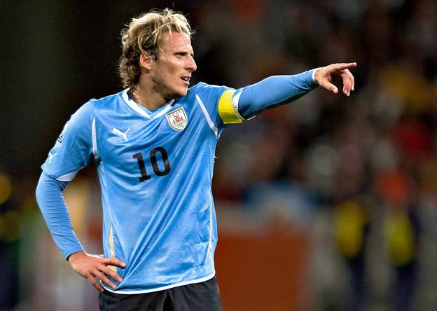 SOCCER/FUTBOL WORLD CUP 2010 SEMIFINAL URUGUAY VS HOLANDA Action photo of Diego Forlan of Uruguay, during semi finals game of the 2010 World Cup held at Green Point stadium of Cape Town, South Africa./Foto de accion de Diego Forlan de Uruguay, durante juego de la semifinal de la Copa del Mundo 2010 celebrado en Green Point stadium de Ciudad del Cabo, Sudafrica. 06 July 2010 MEXSPORT/ETZEL ESPINOSA