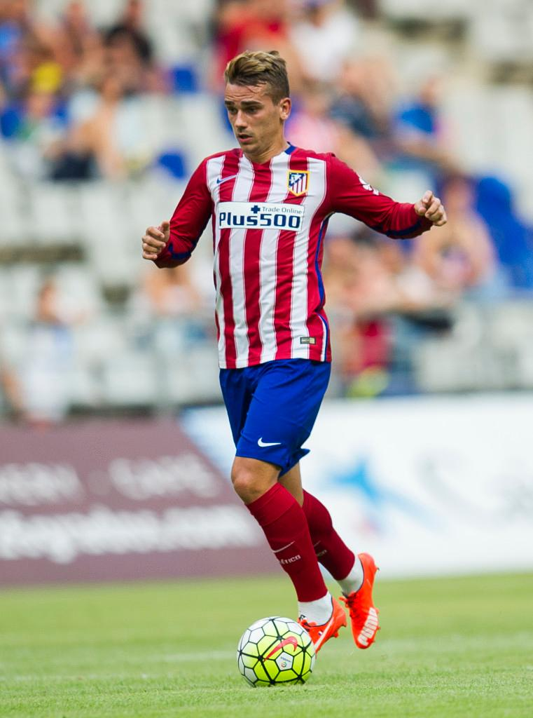 OVIEDO, SPAIN - JULY 28:  Antoine Griezmann of Club Atletico de Madrid controls the ball during a pre season friendly match between Real Oviedo and Club Atletico de Madrid at Carlos Tartiere on July 28, 2015 in Oviedo, Spain.  (Photo by Juan Manuel Serrano Arce/Getty Images)