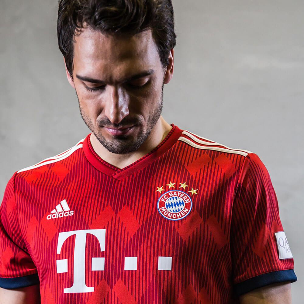 Mats Hummels in the 2018-19 adidas Bayern Munich home jersey