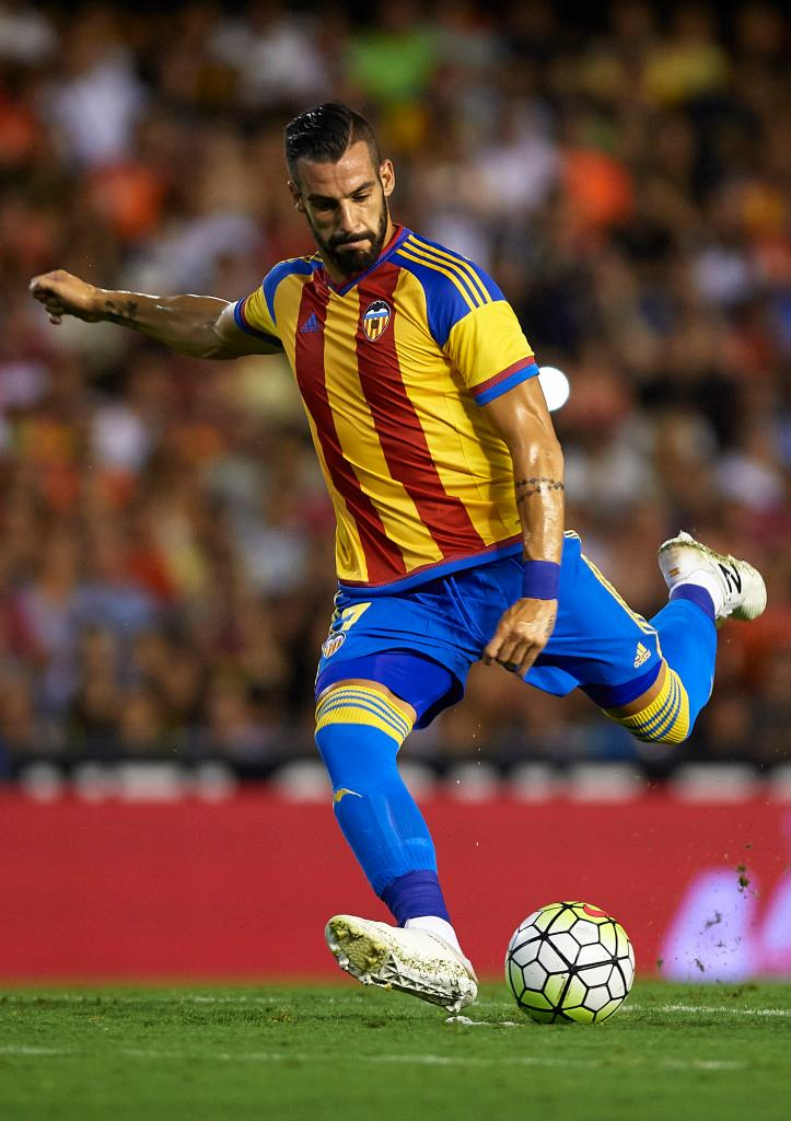 VALENCIA, SPAIN - AUGUST 08:  Alvaro Negredo of Valencia in action during the pre-season friendly match between Valencia CF and AS Roma at Estadio Mestalla on August 8, 2015 in Valencia, Spain.  (Photo by Manuel Queimadelos Alonso/Getty Images)